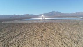 Vista aerea della torre solare del sistema di generazione elettrico-solare di Ivanpah video d archivio