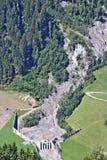Vista aerea della torrente montano nelle alpi austriache bloccate dopo una colata di fango massiccia con funzionamento del camion Fotografia Stock Libera da Diritti