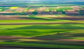 Vista aerea della Transilvania sopra i campi dei raccolti in Romania immagini stock