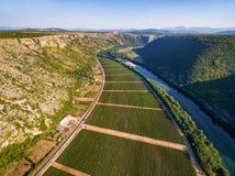 Vista aerea della valle bosniaca famosa accanto al fiume di Neretva in Bosnia-Erzegovina Fotografia Stock