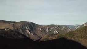 Vista aerea della valle pirenaica in Occitanie, Francia archivi video