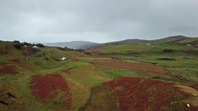Vista aerea della valletta leggiadramente da Uig - isola di Skye, Scozia stock footage