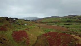 Vista aerea della valletta leggiadramente da Uig - isola di Skye, Scozia video d archivio