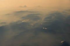 Vista aerea della vista della catena montuosa dall'aeroplano nella mattina Immagine Stock
