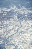 Vista aerea delle alpi e del fiume congelato Immagini Stock