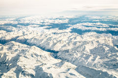 Vista aerea delle alpi italiane con neve e l'orizzonte nebbioso Fotografia Stock Libera da Diritti