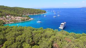 Vista aerea delle barche attraccate in mare adriatico video d archivio