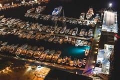 Vista aerea delle barche e di bella città alla notte a Sorrento, Italia Paesaggio di stupore con le barche nella baia del porticc fotografie stock