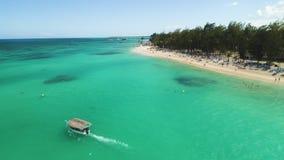 Vista aerea delle barche a vela, della spiaggia tropicale e del mare caraibico Festa sull'isola esotica Repubblica dominicana archivi video
