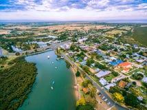 Vista aerea delle case e del fiume rurali vicino all'oceano in Australia Fotografia Stock Libera da Diritti