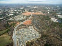Vista aerea delle case tipiche in Georgia del nord con gli sviluppi della nuova costruzione Fotografia Stock