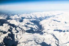 Vista aerea delle catene montuose innevate Immagini Stock