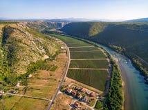 Vista aerea delle colline e della piantagione accanto al fiume di Neretva in Bosnia-Erzegovina Fotografia Stock Libera da Diritti