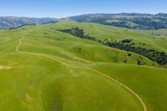 Vista aerea delle colline e della traccia in Tri valle, California del Nord immagine stock libera da diritti