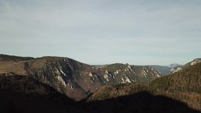 Vista aerea delle colline pirenaiche in Occitanie, Francia stock footage