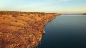 Vista aerea delle colline sulla riva del fiume al tramonto video d archivio