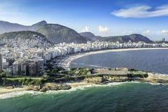 Vista aerea delle costruzioni sulla spiaggia di Copacabana in Rio de Janeiro immagine stock