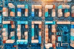 Vista aerea delle costruzioni variopinte in citt? europea al tramonto immagine stock