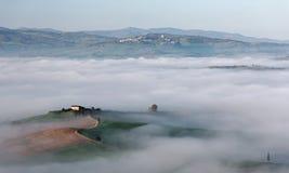Vista aerea delle fattorie della sommità & degli alberi di cipresso in Toscana su una mattina nebbiosa della molla Immagine Stock Libera da Diritti
