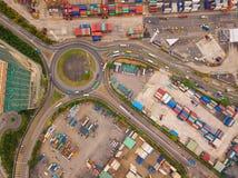 Vista aerea delle giunzioni della strada principale con la rotonda ed i contenitori Le strade del ponte modellano il cerchio in s fotografia stock libera da diritti