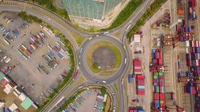 Vista aerea delle giunzioni della strada principale con la rotonda ed i contenitori Le strade del ponte modellano il cerchio in s fotografie stock