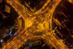 Vista aerea delle giunzioni della strada principale con la rotonda Le strade del ponte modellano il cerchio in struttura dell'arc immagine stock