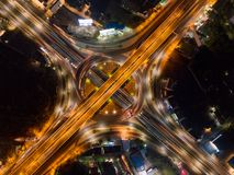 Vista aerea delle giunzioni della strada principale con la rotonda Le strade del ponte modellano il cerchio in struttura dell'arc fotografia stock libera da diritti
