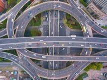 Vista aerea delle giunzioni della strada principale con la rotonda Le strade del ponte modellano il cerchio in struttura dell'arc fotografia stock