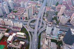 Vista aerea delle giunzioni della strada principale con la rotonda Le strade del ponte modellano il cerchio in struttura dell'arc fotografie stock