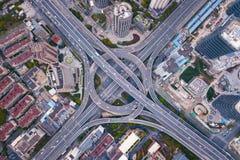 Vista aerea delle giunzioni della strada principale con la rotonda Le strade del ponte modellano il cerchio in struttura dell'arc fotografie stock libere da diritti