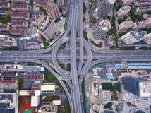 Vista aerea delle giunzioni della strada principale con la rotonda Le strade del ponte modellano il cerchio in struttura dell'arc immagini stock