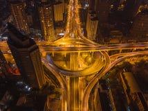 Vista aerea delle giunzioni della strada principale con la rotonda Le strade del ponte modellano il cerchio in struttura dell'arc immagini stock libere da diritti