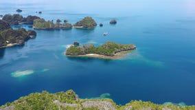 Vista aerea delle isole a distanza del calcare in Raja Ampat video d archivio