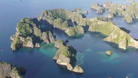 Vista aerea delle isole e della laguna a distanza del calcare in Raja Ampat archivi video