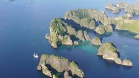 Vista aerea delle isole e della nave a distanza del calcare in Raja Ampat archivi video