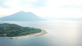 Vista aerea delle isole nello stretto di Pantar, Indonesia archivi video