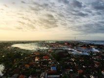 Vista aerea delle montagne in Bali dalla citt? di Denpasar immagini stock libere da diritti
