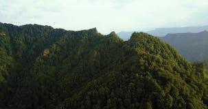 Vista aerea delle montagne dal fuco Volo sopra le montagne supporto Trident archivi video
