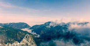 Vista aerea delle montagne di muggito delle valli della foresta Fotografie Stock