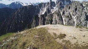 Vista aerea delle montagne delle dolomia in Italia archivi video