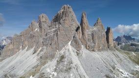 Vista aerea delle montagne delle dolomia in Italia stock footage