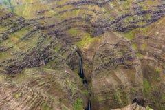 Vista aerea delle montagne e delle cascate al parco nazionale della costa del Na Pali, Kauai, Hawai fotografia stock