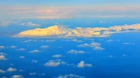 Vista aerea delle montagne e delle nuvole sulla cima fotografia stock libera da diritti
