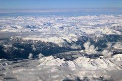 Vista aerea delle montagne nevose delle alpi Immagini Stock