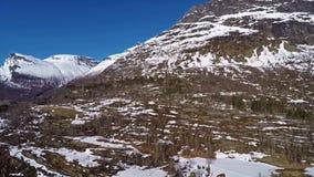 Vista aerea delle montagne in Norvegia con neve sulla cima archivi video