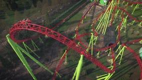 Vista aerea delle montagne russe in parco di divertimenti stock footage