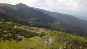 Vista aerea delle pietre nelle montagne, fine su stock footage