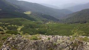Vista aerea delle pietre nelle montagne, fine su archivi video