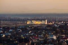 Vista aerea delle proprietà private residenziali della città comune nella sera Fotografie Stock