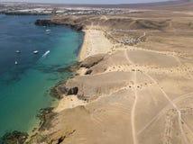 Vista aerea delle rive e delle spiagge dentellate di Lanzarote, Spagna, canarino Strade e percorsi della sporcizia Papagayo fotografie stock libere da diritti